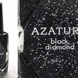Costoso esmalte de uñas con diamantes negros