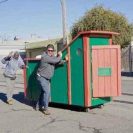 Pequeñas casas con material de la basura para la gente que vive en la calle